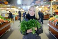 Jogas pasniedzēja Elīna Centrāltirgū pērk veselīgus produktus veģetāram uzturam