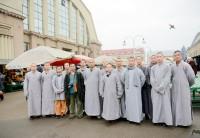 Šaoliņas klostera mūki izmēģina iepirkšanos Rīgas Centrāltirgū