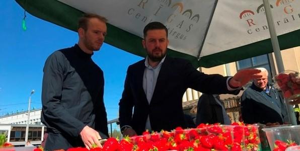 """Projekta """"Apskrien Latviju"""" galvenais varonis Dins Vecāns ciemojās Rīgas Centrāltirgū."""