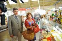 Посол Польши в Латвии делает покупки на Центральном рынке